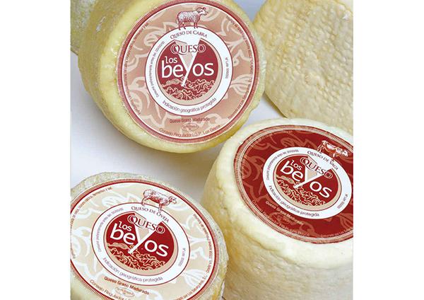 Mousse de queso de Los Beyos con compota de manzana y miel